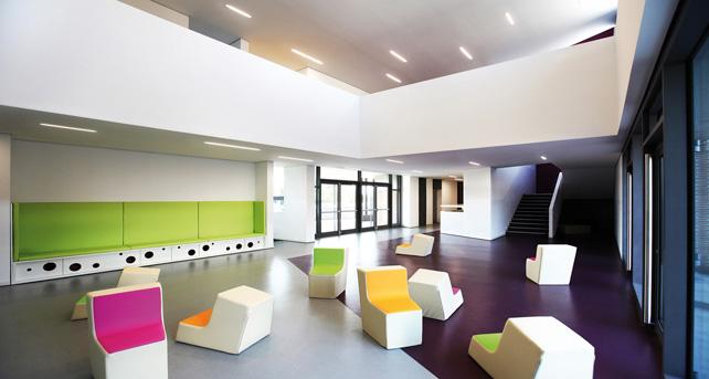 Nuova scuola primaria, il foyer a doppia altezza, Cenate Sotto (BG).