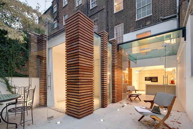 Duncan terrace, Londra. Abitazione privata. Vista dal patio dei nuovi volumi in legno Iroko e in vetro.