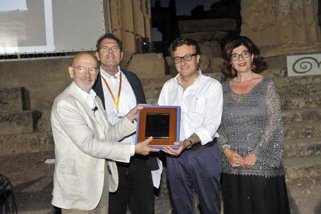 Il sindaco di Selinunte Castelvetrano, Felice Errante, la direttrice del Parco, Caterina Greco, e Luigi Prestinenza Puglisi, presidente AIAC, consegnano il Premio Internazionale Selinunte all'architetto Mario Bellini.