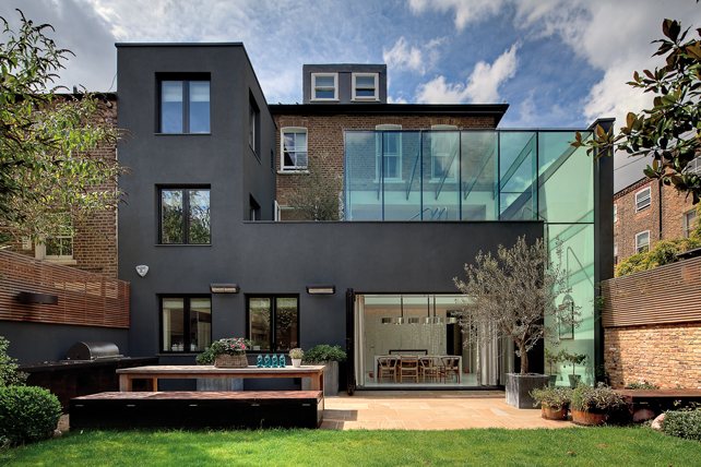 Souldern road, Londra. Abitazione privata. Vista dal giardino sul retro del nuovo volume in vetro.