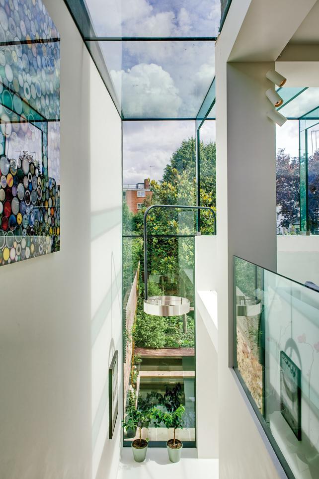 Souldern road, Londra. Abitazione privata. Vista dalla scala di collegamento tra la cucina e il salotto all'interno del nuovo volume in vetro.