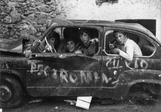 """Sergio Romagnoli, """"Kids in a wrecked car"""" Lipari, anno sconosciuto 10x15 cm Stampa ai sali d'argento © Doriana Romagnoli"""