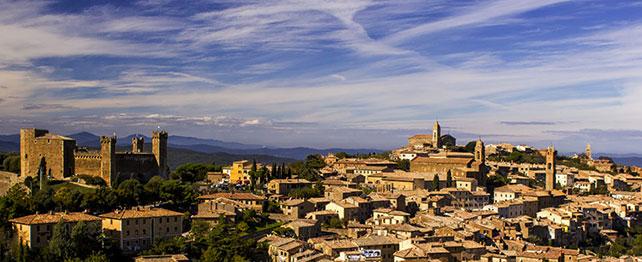 Veduta di Montalcino. In apertura la sede OCRA, Officina CReativa dell'Abitare.